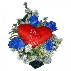 Arranjo de rosas azul e coração