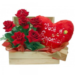 Arranjo de Rosas no Baú com Coração